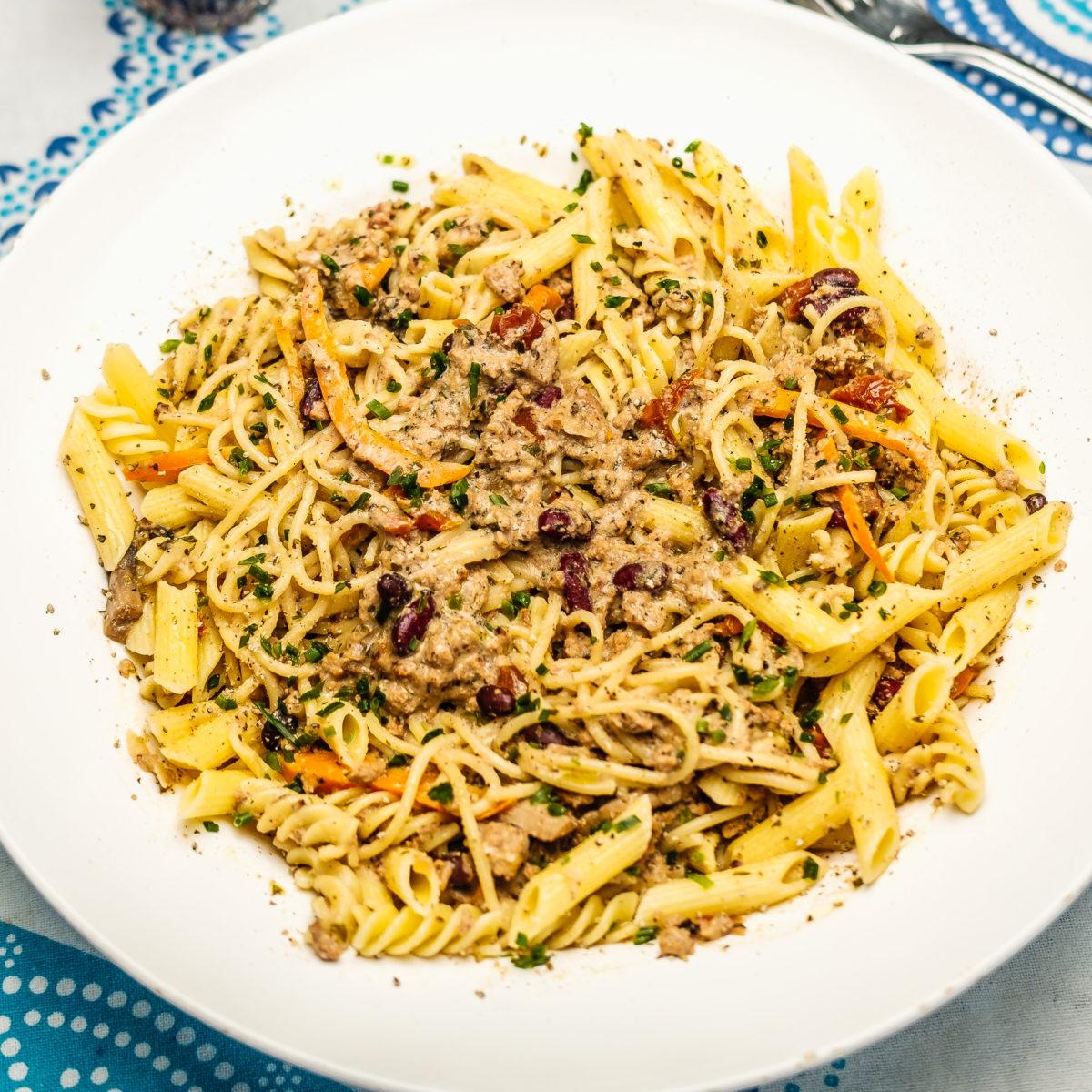Pasta mit Sojahackfleisch, Pilzen und Paprika in einer Cashew-Haselnuss-Crème