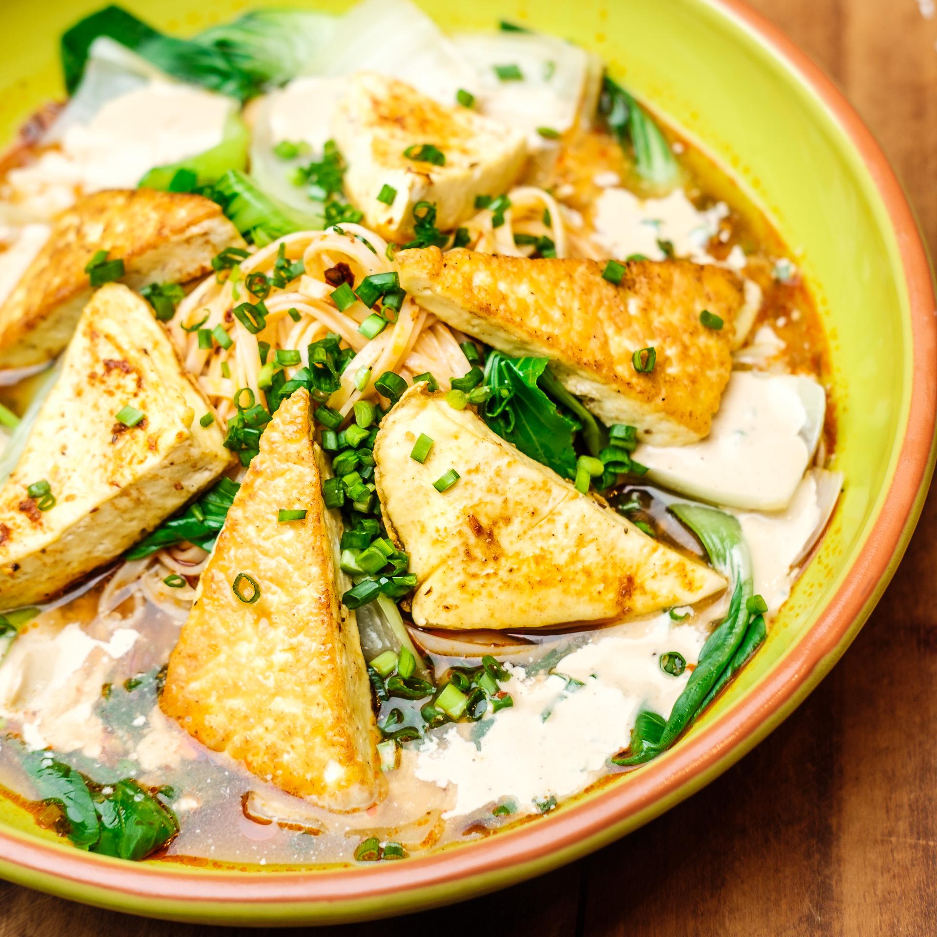 Gebratener Tofu mit Pakchoi, Reisnudeln und würziger Sesamsauce