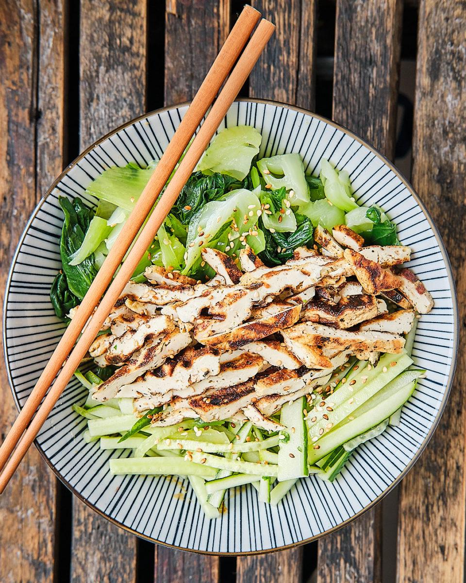 Salatbowl mit Pakchoi, gegrilltem Tofu und Gurke in einer köstlichen Sesamsoße